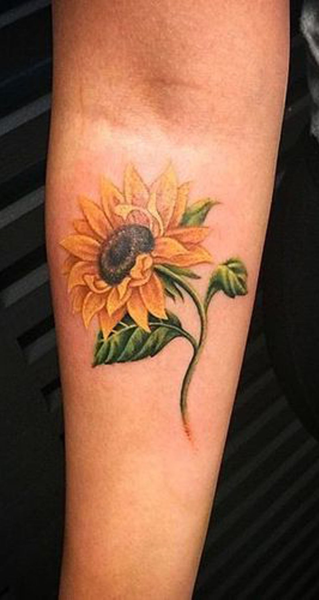 Small Colorful Sunflower Forearm Tattoo ideas for Women - Realistic Flower Arm Tat - Pequeñas ideas coloridas del tatuaje del antebrazo de girasol - www.MyBodiArt.com