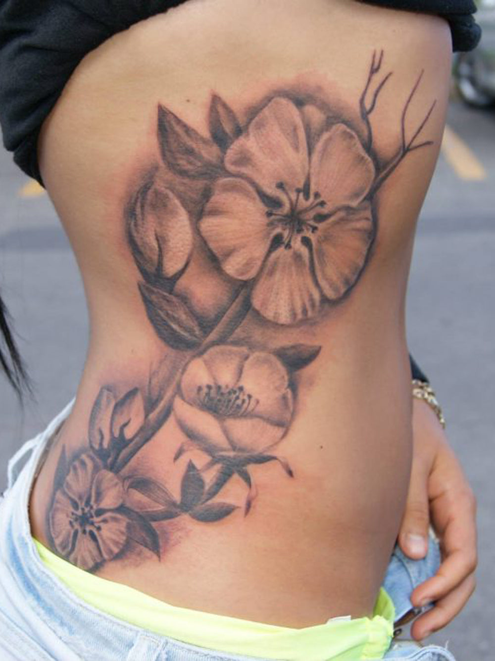 Realistic Hawaiian Flower Rib Womens Tattoo Ideas - Traditional Floral Flower Side Body Tatt -  Ideas realistas del tatuaje de la mujer de la costilla hawaiana de la flor - www.MyBodiArt.com
