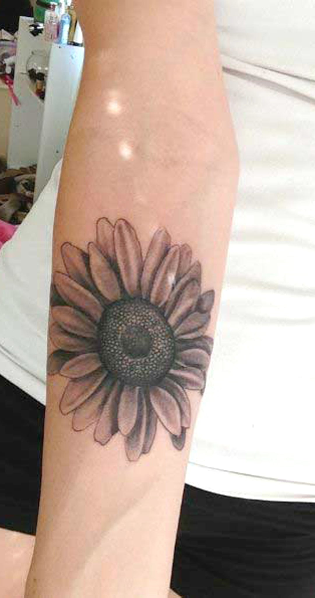 Black Realistic Sunflower Forearm Tattoo Ideas for Women - Floral Flower Vintage Arm Sleeve Tat -  idées de tatouage de l'avant-bras de tournesol - www.MyBodiArt.com