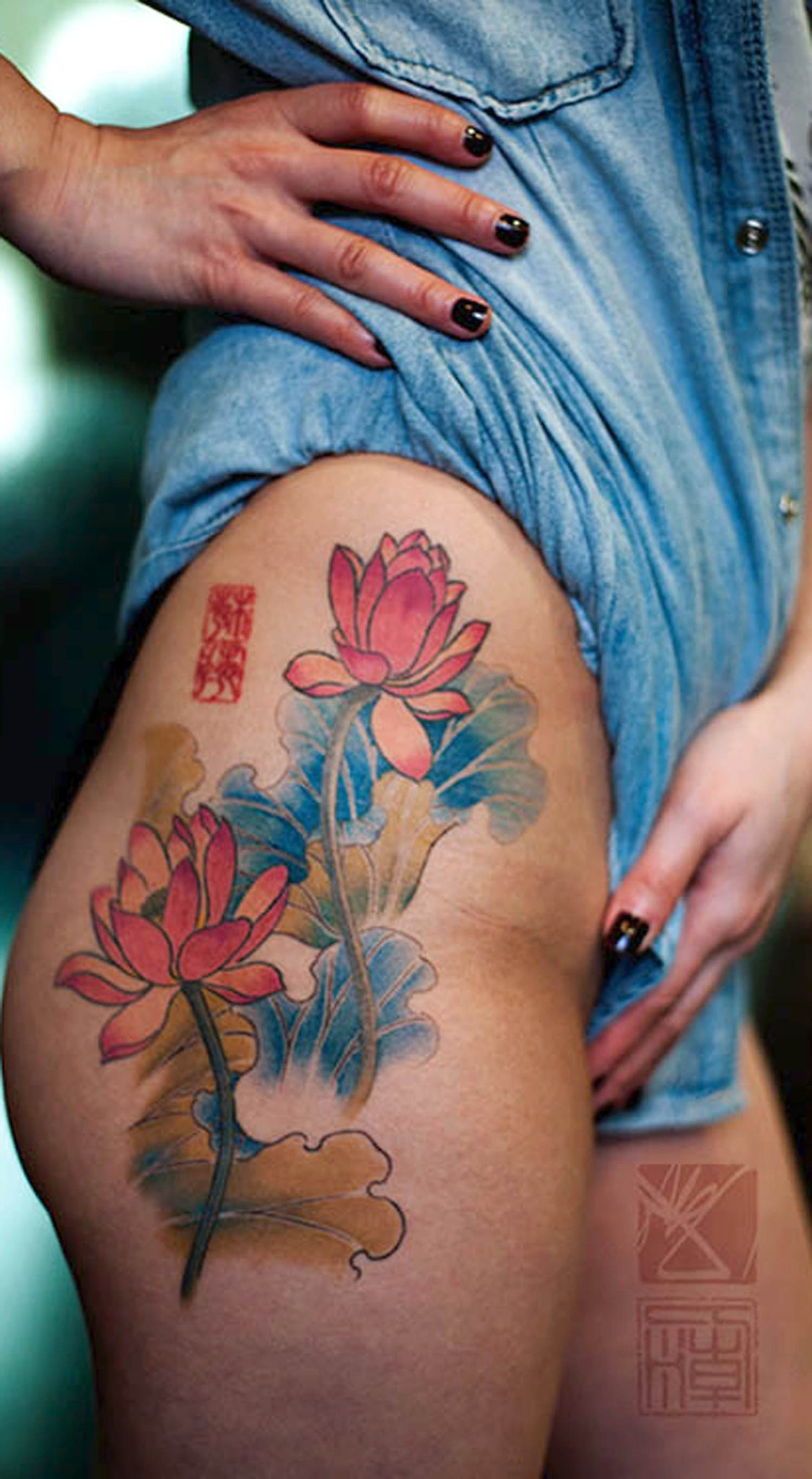 Colorful Water Lily Thigh Tattoo Ideas for Women - Women's Watercolor Asian Flower Hip Tat -  ideas asiáticas del tatuaje del muslo del lirio de agua - www.MyBodiArt.com