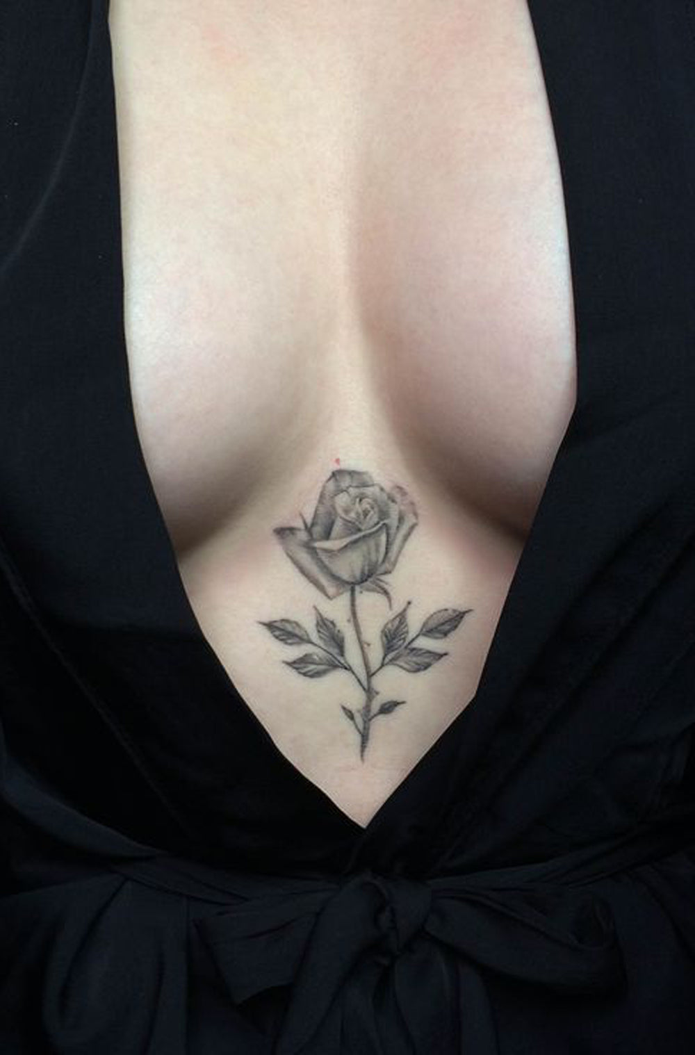 30+ Feminine Sternum Tattoo Ideas for Women – MyBodiArt