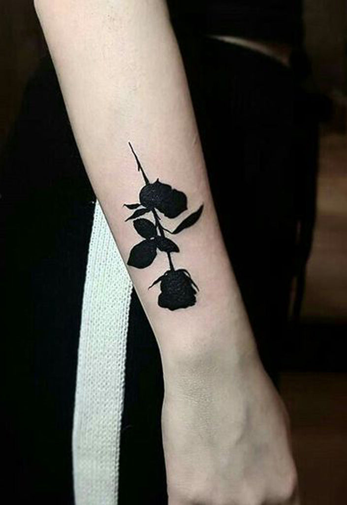 Dark black rose wrist Tattoo Ideas for Women -  Ideas de tatuaje de flores para mujeres - www.MyBodiArt.com