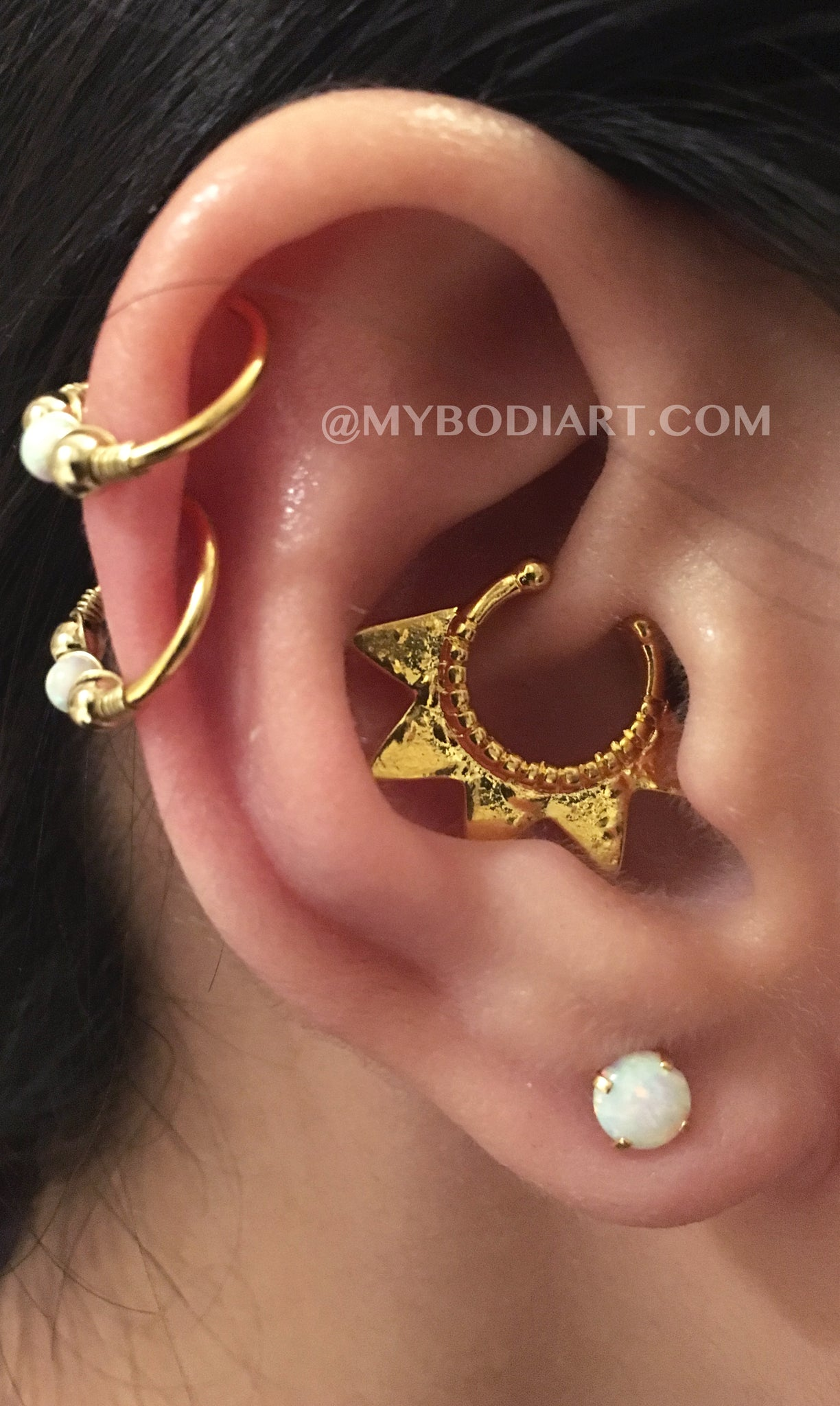 la perforación del oído - Badass Ear Piercing Ideas - Double Cartilage Ring Hoop - Opal Lobe Earring Studs - www.MyBodiArt.com