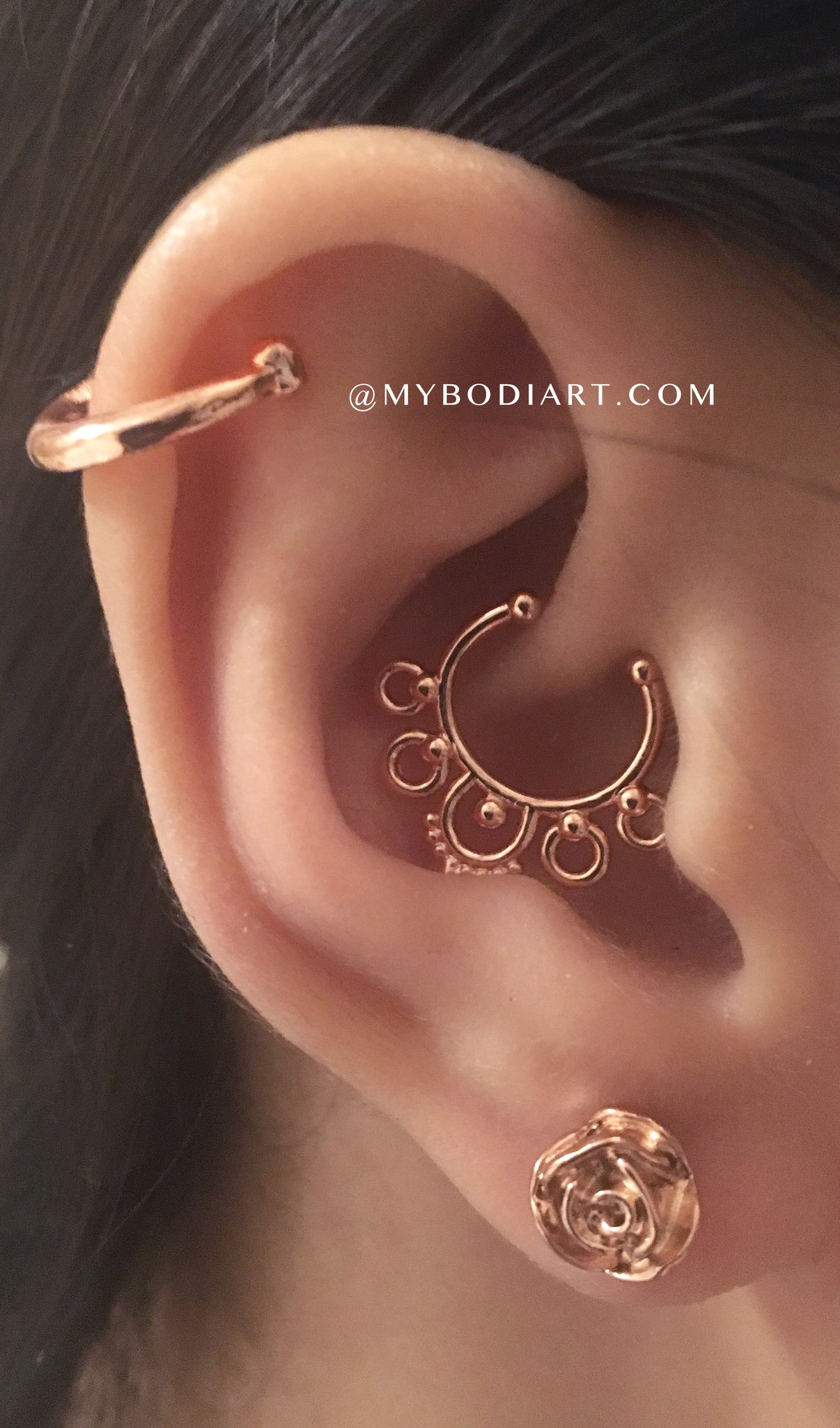 Cute Multiple Ear Piercing Ideas - Rose Gold Earring Jewelry - idées de perçage d'oreille - www.MyBodiArt.com