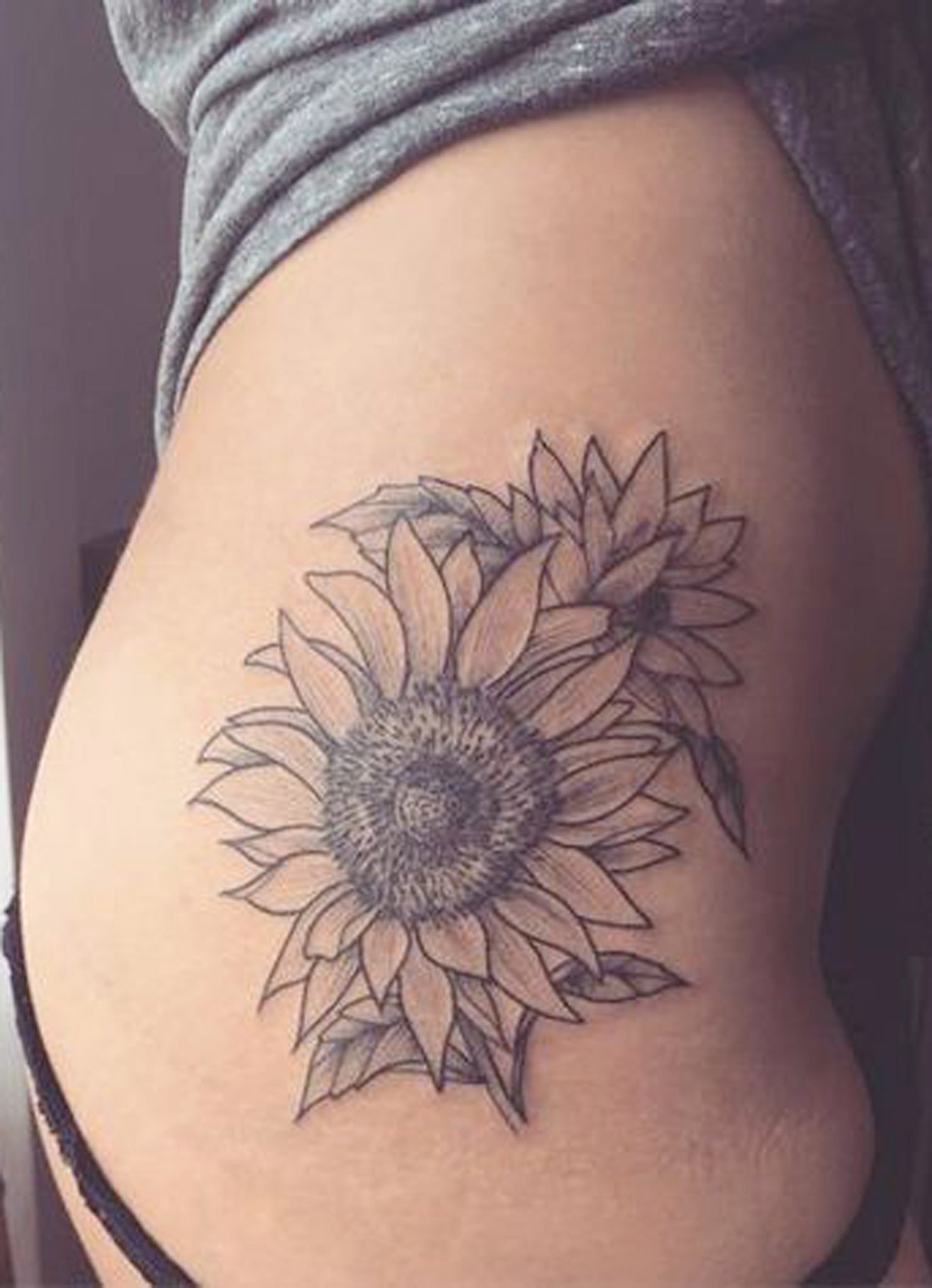 Sunflower Thigh Tattoo Ideas for Women - Black Floral Flower Side Hip Tat -  ideas del tatuaje del muslo de girasol - www.MyBodiArt.com