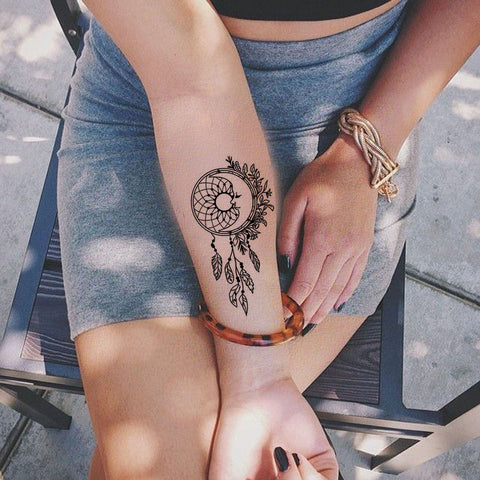 Small Dreamcatcher Forearm Tattoo Ideas for Women - Black Henna Tribal Boho Feather Arm Tat - Pequeño brazo de plumas Ideas de tatuaje para mujeres - www.MyBodiArt.com