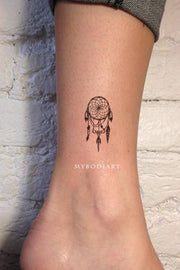 Cute Small Black and White Dreamcatcher Ankle Tattoo Ideas for Women - Ideas del tatuaje del tobillo dreamcatcher para mujeres - www.MyBodiArt.com #tattoos