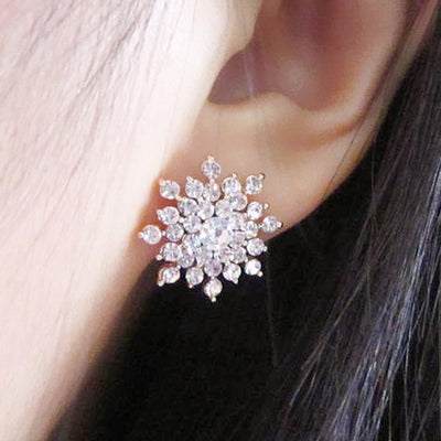 Crystal Snowflake Stud Earrings for Women - Cute Ear Piercing Ideas -  pernos prisioneros cristalinos del pendiente del copo de nieve - www.MyBodiArt.com