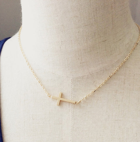 Dainty Simple Minimal Sideways Cross Necklace - Delicado collar de gargantilla cruzada lateral - www.MyBodiArt.com