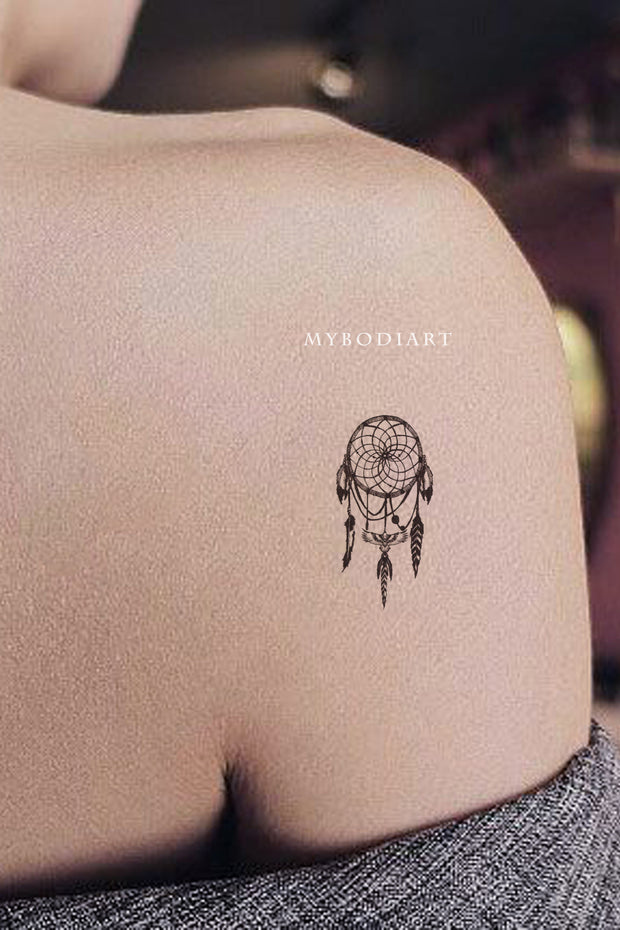 cute small dreamcatcher shoulder tattoo ideas for women - ideas del tatuaje del hombro atrapasueños para mujeres - www.mybodiart.com #tatttoos