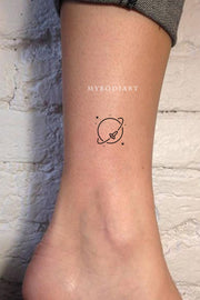 Small Minimalist Simple Planet Moon Ankle Tattoo Ideas for Women - ideas de tatuajes de tobillo de luna pequeña para mujer - www.MyBodiArt.com #tattoos