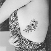 Traditional Black Lily Rib Tattoo Ideas for Teen Girls - Small Vintage Floral Flower Bunch Side Tat - Ideas de tatuajes de costillas de flores para las mujeres - www.MyBodiArt.com #tattoos