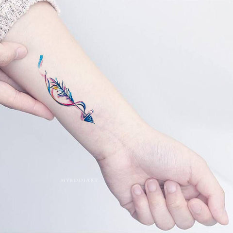 Small Cute Watercolor Arrow Feather Wrist Tattoo Ideas for Women -  ideas lindas del tatuaje de la muñeca de la flecha para las mujeres  www.MyBodiArt.com #tattoos