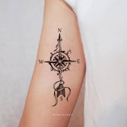 Beautiful Black Arrow Compass Arm Bicep Tattoo Ideas for Women -  ideas del tatuaje del brazo de la brújula para las mujeres - www.MyBodiArt.com #tattoos