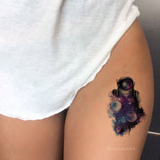 Beautiful Cool Watercolor Planet Stars Astronaut Galaxy Space Thigh Tattoo Ideas for Women -  ideas del tatuaje del muslo de la galaxia para las mujeres - www.MyBodiArt.com #tattoos