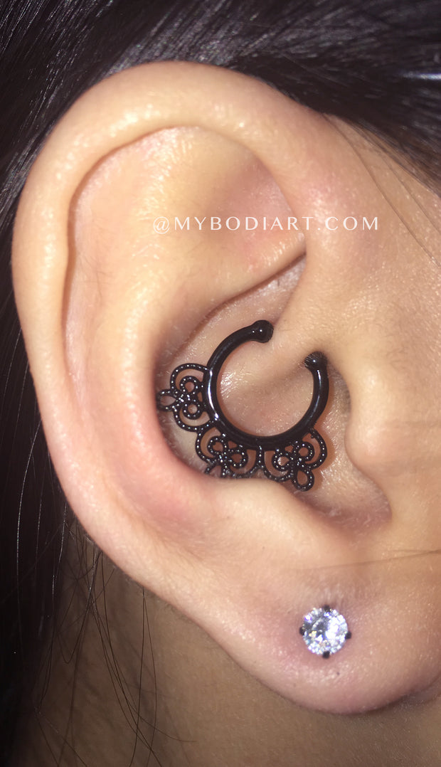 Popular Multiple Ear Piercing Ideas - Simple Ring Hoop Earring Crystal Lobe Stud - idées de perçage d'oreille - Ohr piercing Ideen - Ideas Para Perforar Orejas - www.MyBodiArt.com