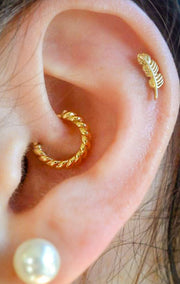 Cute Gold Leaf Cartilage Ear Piercing Jewelry Ideas -  Linda hoja de oro cartílago oreja piercing ideas - www.MyBodiArt.com