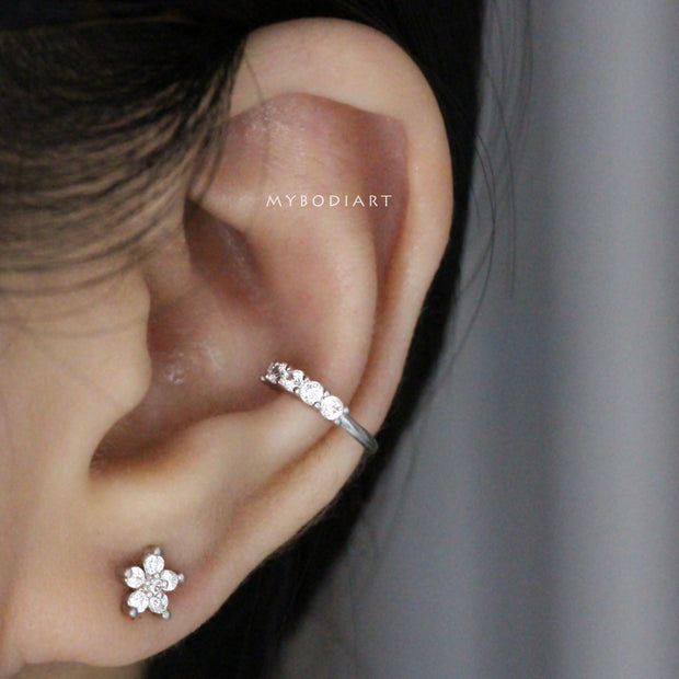 Cute Multiple Ear Piercing Ideas for Teenagers - Minimalist Classy Dainty Crystal Flower 16G Earring Stud for Cartilage, Helix, Conch, Tragus - Linda oreja múltiple Piercing Ideas para adolescentes - www.MyBodiArt.com