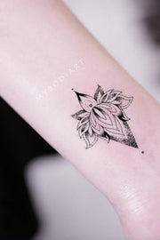 Small Black Henna Lotus Wrist Tattoo Ideas for Women -  Ideas de tatuaje de muñeca de loto para mujeres - www.MyBodiArt.com