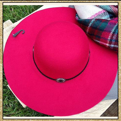 "Raspberry floppy hat with ""belt"" design around top"