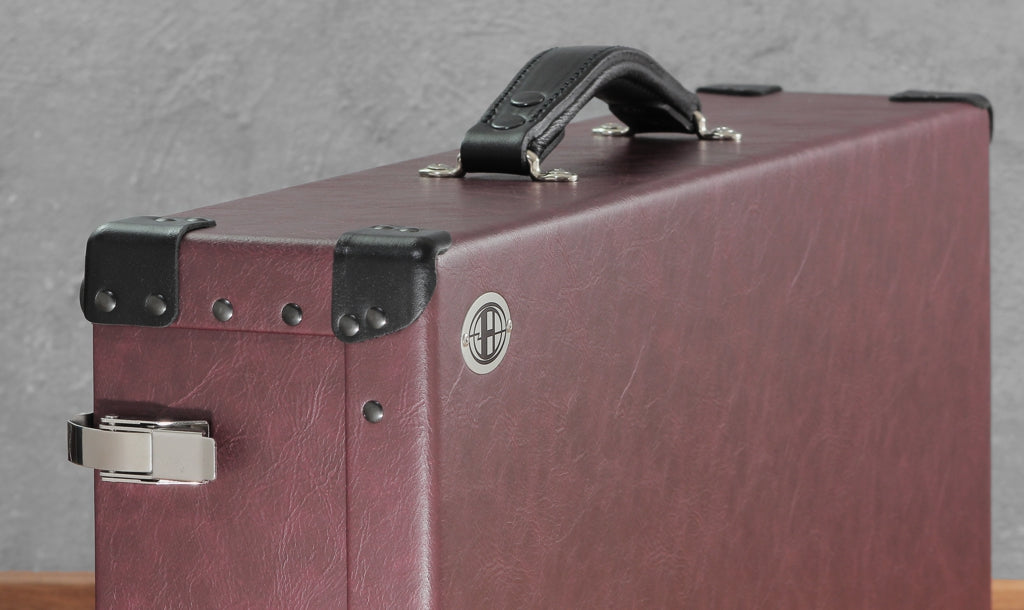 Helweg Signature Pedalboard Case_Wine_Black_Close-up
