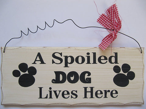 FANTASTIC A SPOILED DOG LIVES HERE SHABBY WOODEN HANGING SIGN PLAQUE & RIBBON