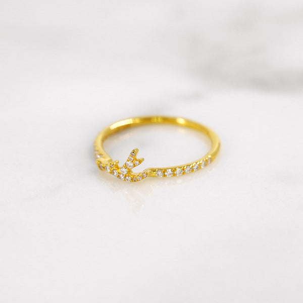 Delicate diamond antler ring in yellow gold.