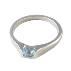 18ct White Gold & Blue Topaz Ring