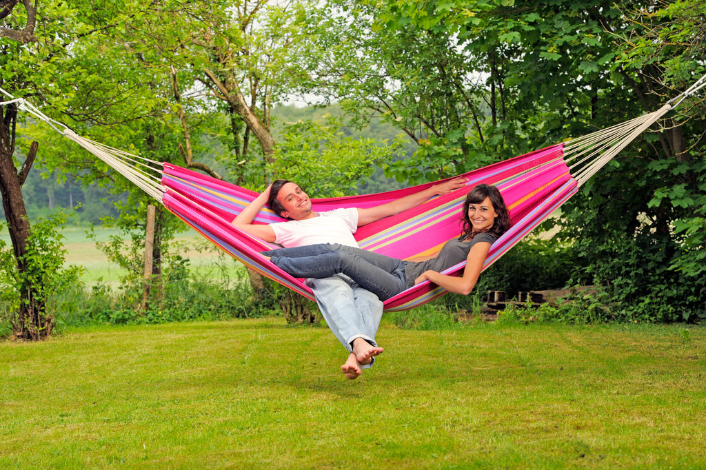 couple relaxing in pink striped grenadine barbados hammock grenadine double hammock   amazonas barbados   hammock barn  rh   hammockbarn co uk