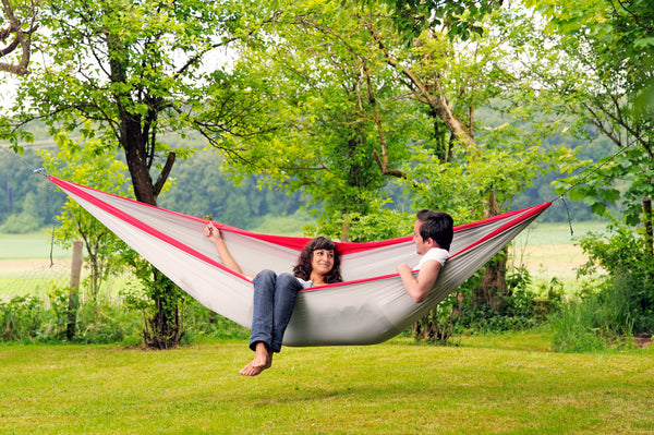 Man and woman lying in Silk Traveller XXL Hammock
