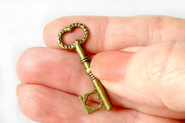 Antique Bronze Skeleton Key Charms / Brass Vintage Style Key Pendants [10 pieces] -- Lead, Nickel, & Cadmium free K4A