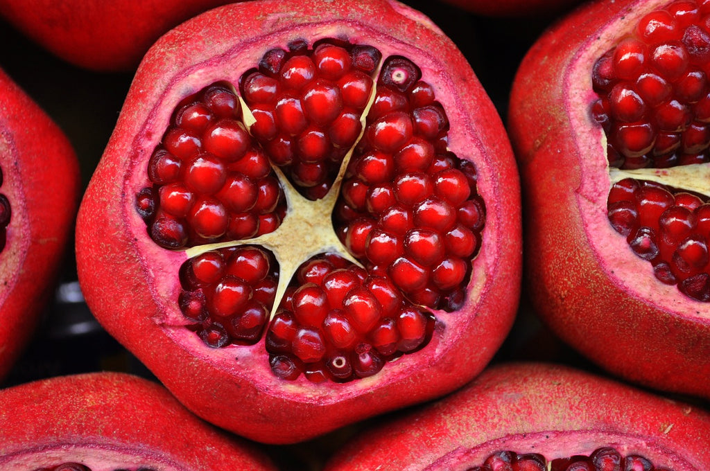 How to cut a pomegranate: a pomegranate with the crown removed so you can see the seeds