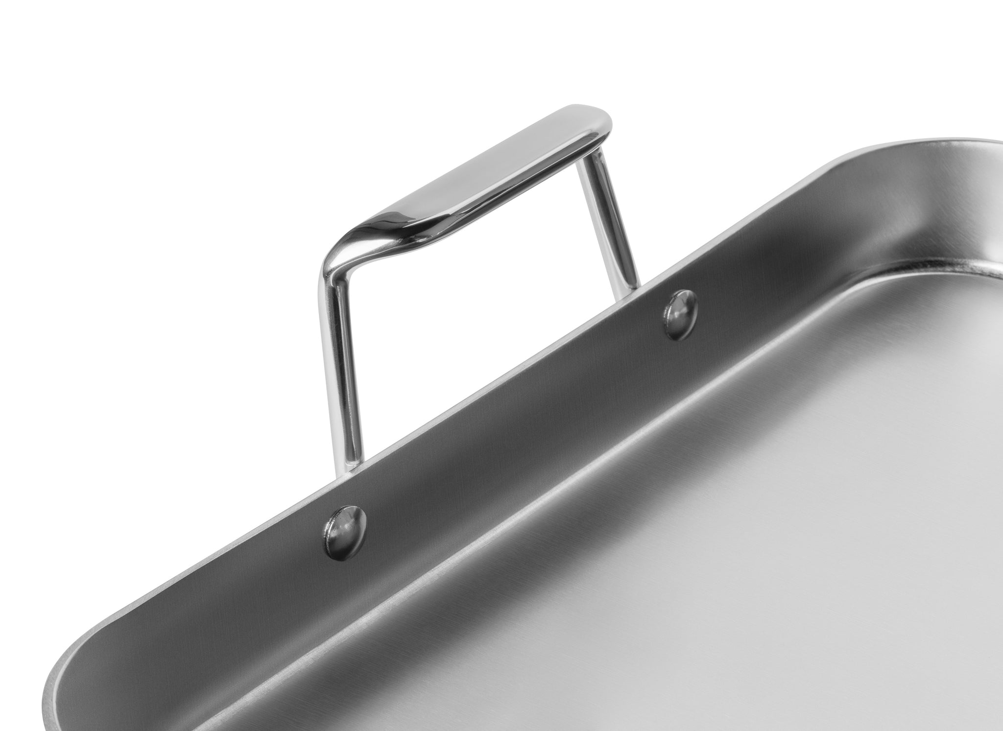 The Misen Roasting Pan has a thick, flat 3.0mm base that prevents warping.
