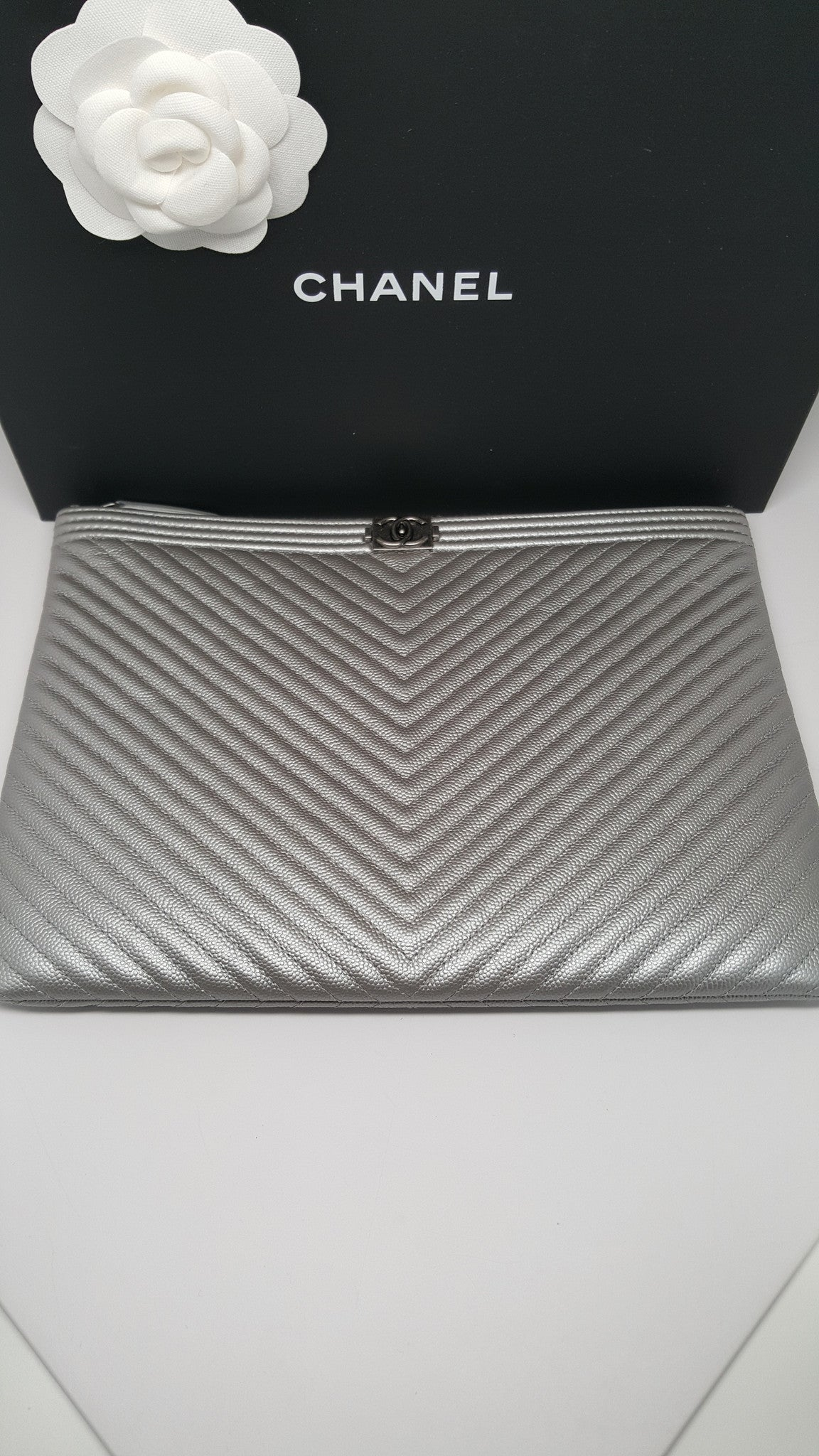 bd068dcad7ab CHANEL SILVER CHEVRON BOY MEDIUM O CASE IN CAVIAR LEATHER – Hebster Boutique