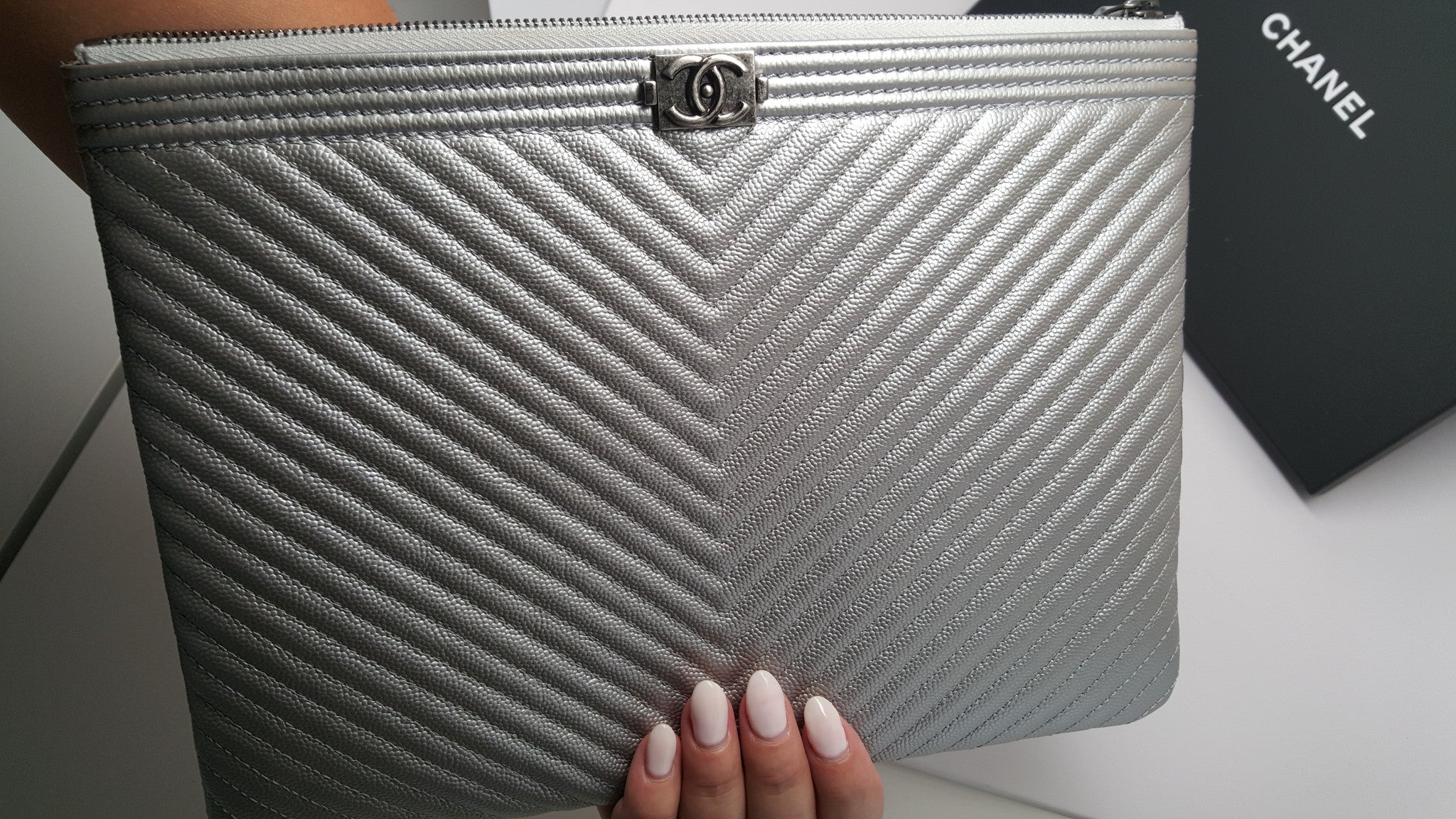 CHANEL SILVER CHEVRON BOY MEDIUM O CASE IN CAVIAR LEATHER