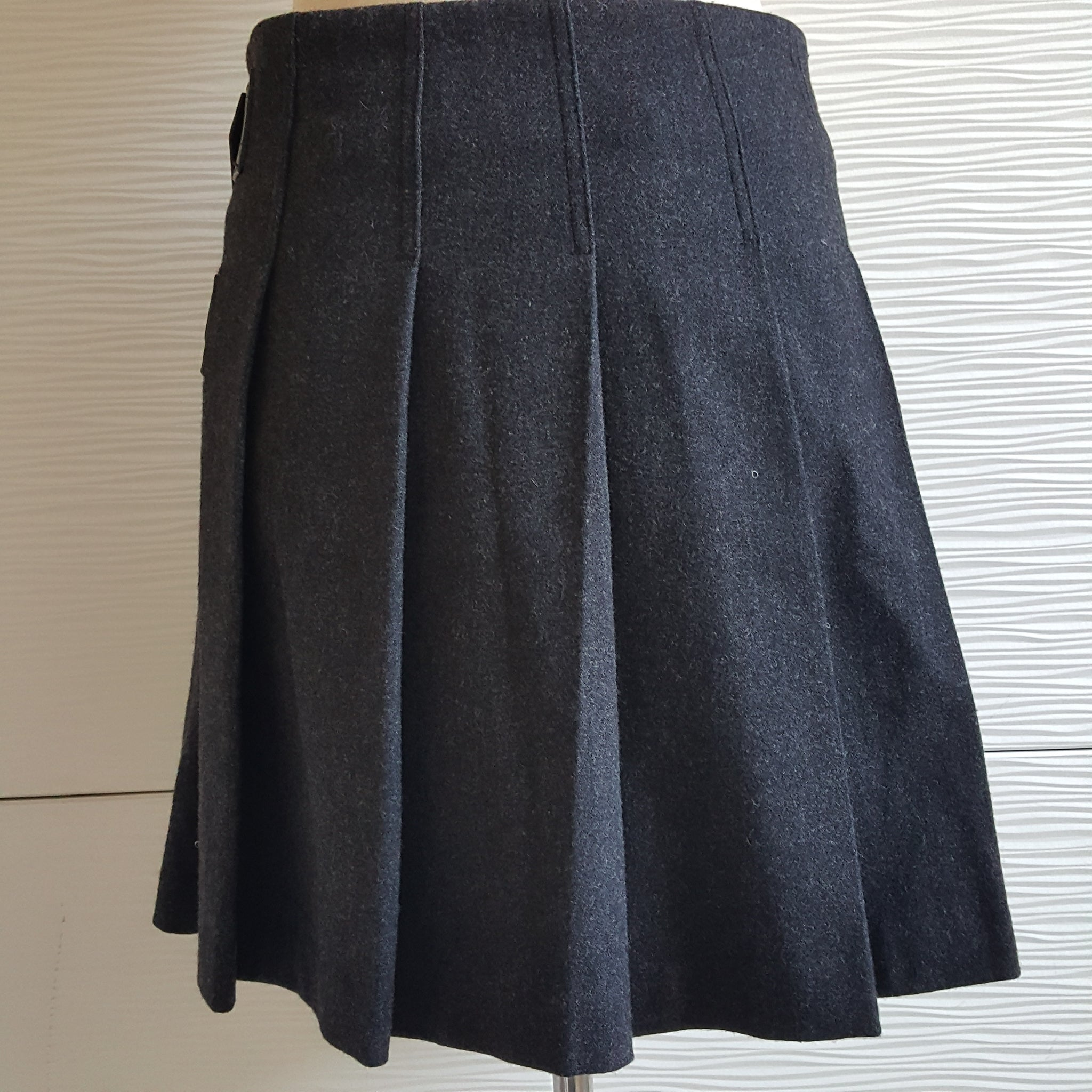 BURBERRY BRIT GRAY PLEATED WOOL SKIRT LEATHER BUCKLE TABS - SIZE US 4