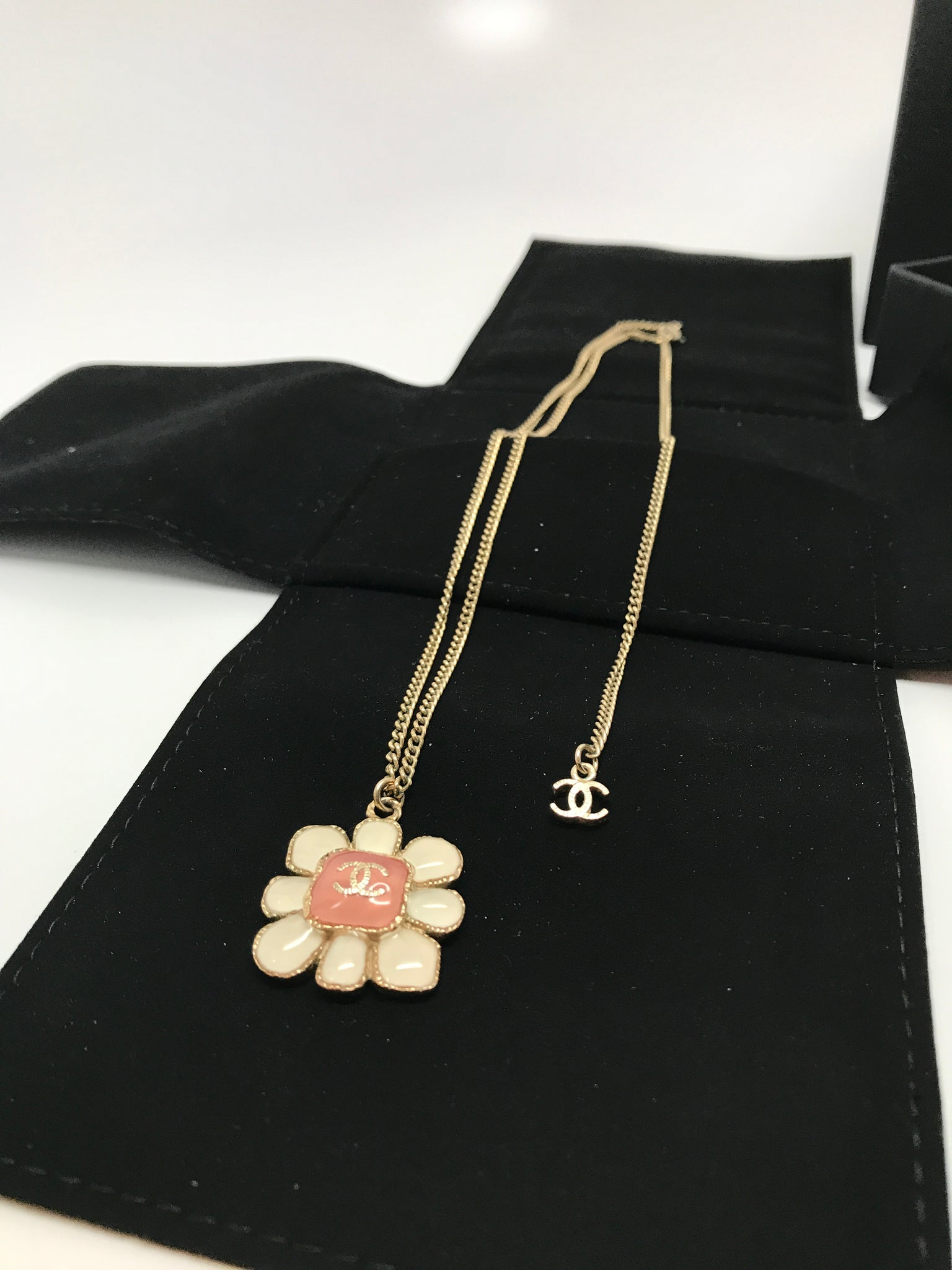 CHANEL GOLD CC WHITE FLOWER PENDANT IN GOLD AND BABY PINK