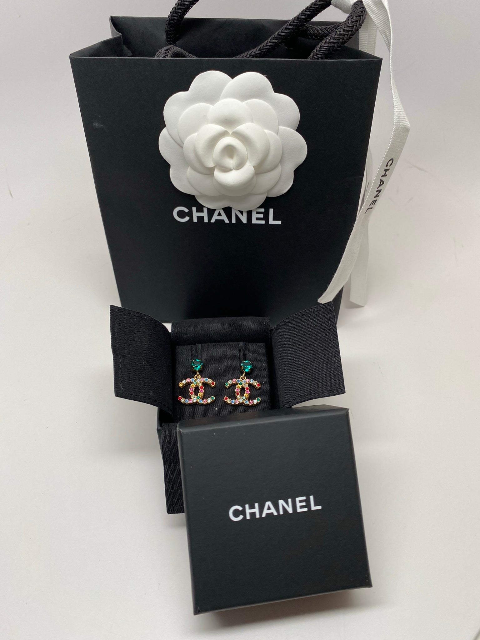 CHANEL METAL & STRASS GOLD & MULTICOLOR CC DROP EARRINGS