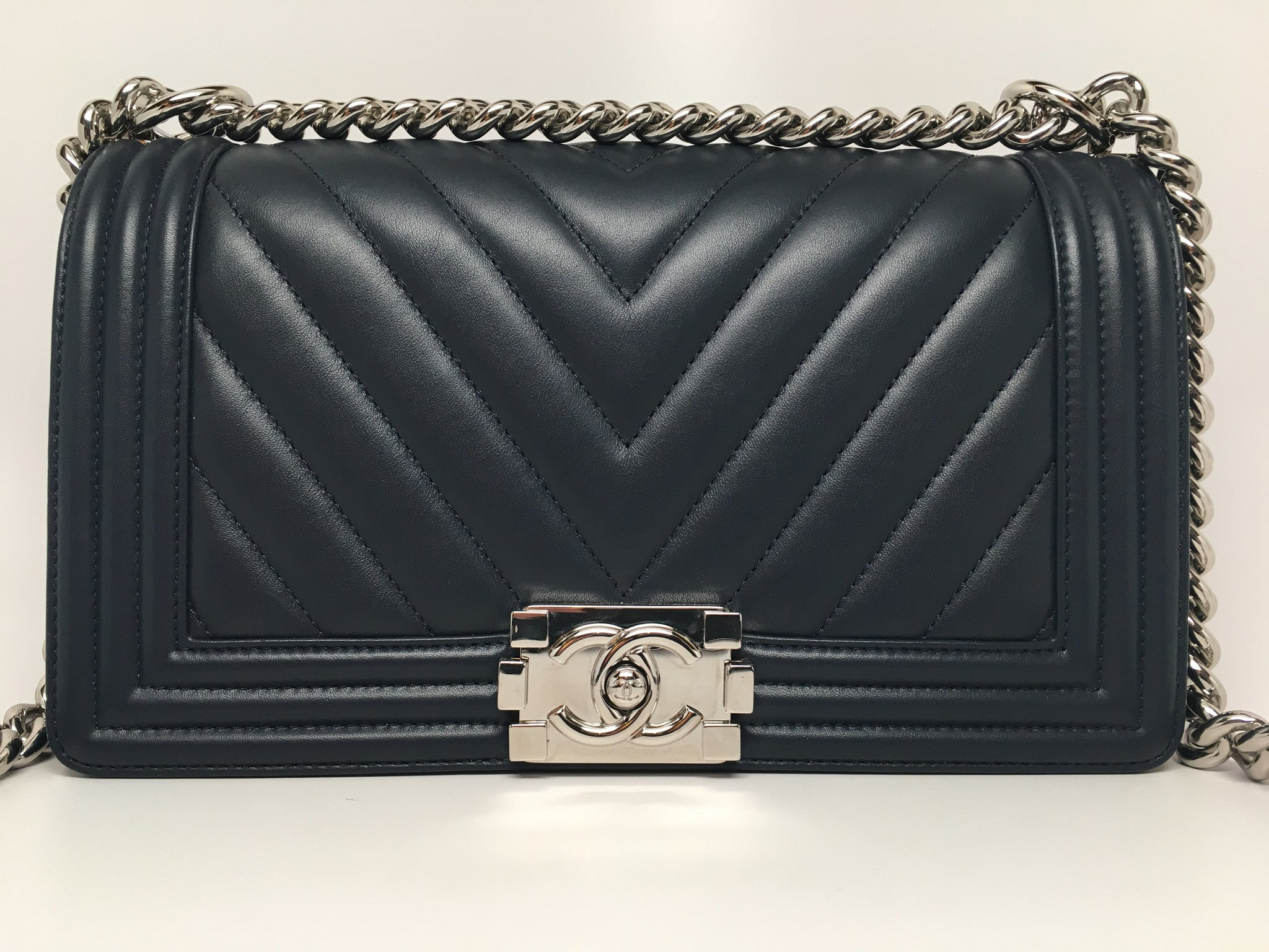 b63d66b4a7b9 CHANEL NAVY CHEVRON QUILTED LAMBSKIN NEW MEDIUM BOY BAG – Hebster Boutique