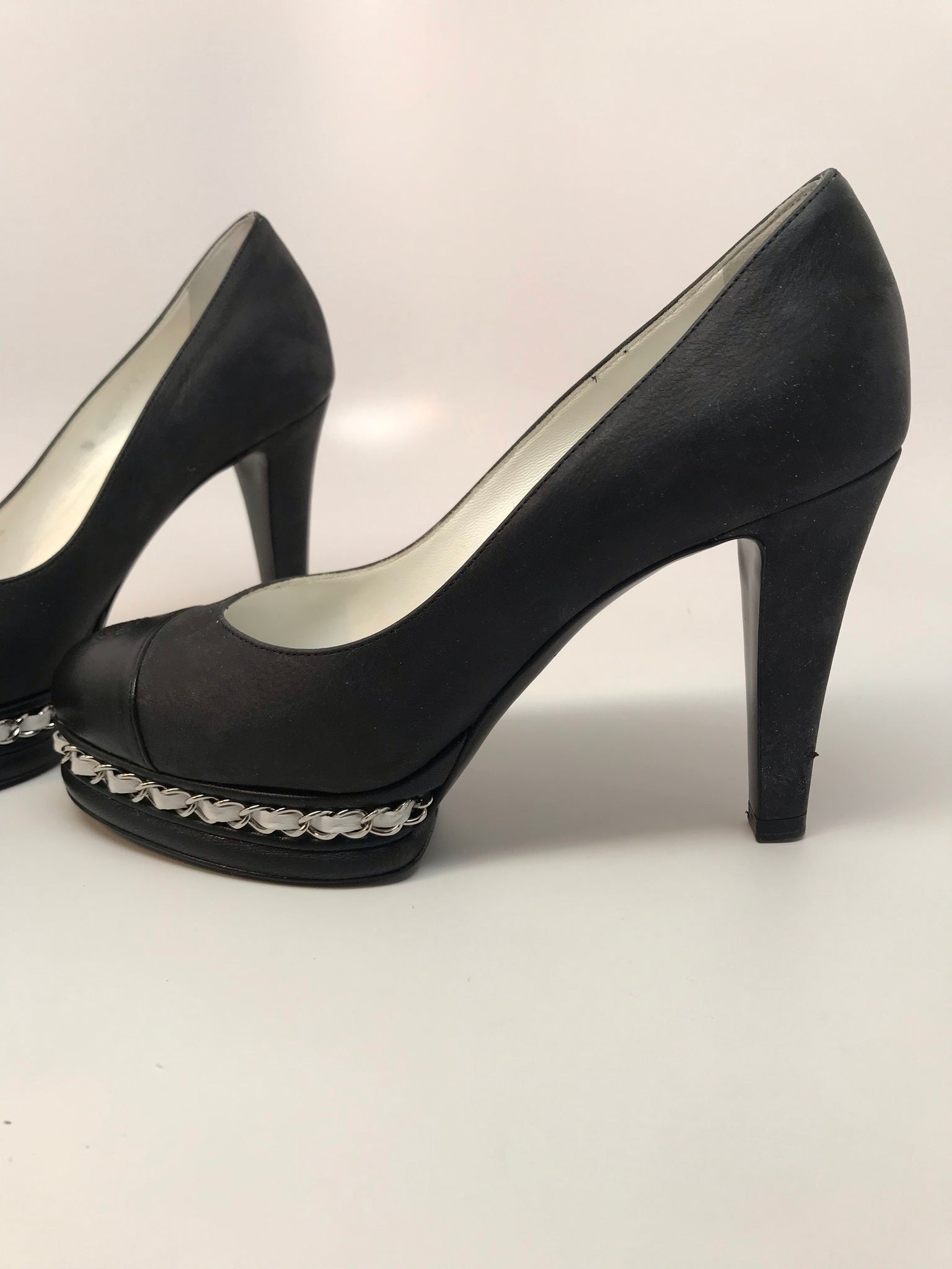 CHANEL ESCARPINS LEATHER PUMP WITH GROSGRAIN CHAIN - SIZE 35.5