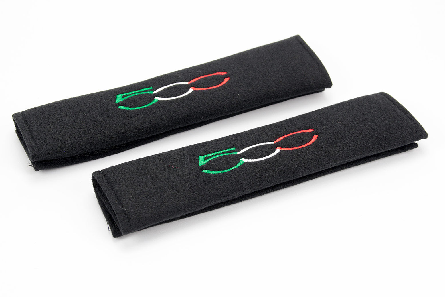 Fiat 500 logo embroidered on padded seat belt covers.