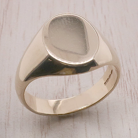 Oval plain signet ring in 9ct gold