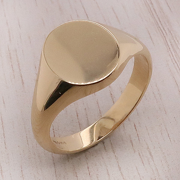 Oval plain signet ring in 18ct gold