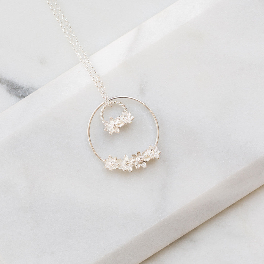 Double flowers hoop necklace