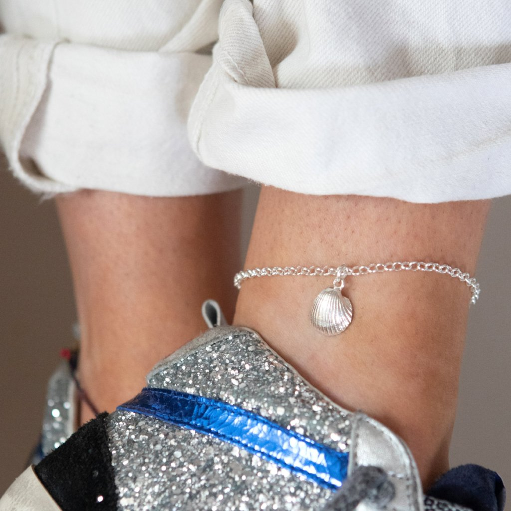 Clam shell anklet