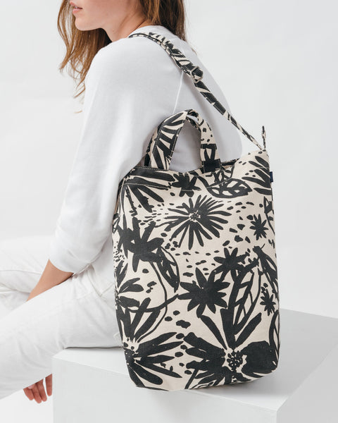 Baggu, Canvas Duck Bag, Natural Floral, model
