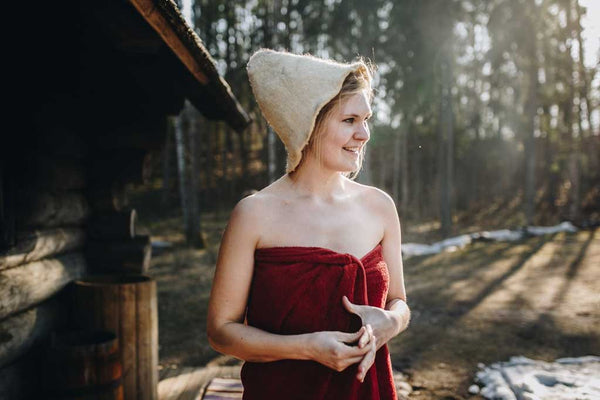 A sauna hat protects the head by keeping it cool and preventing premature overheating which, by extension, allows the enjoyment of longer sauna sessions.