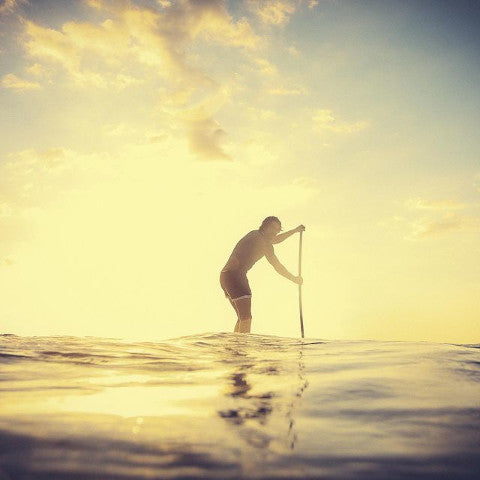 homme qui fait du stand up paddle