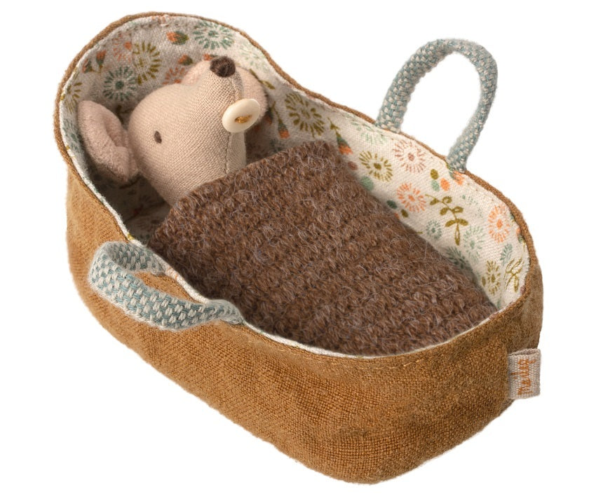 Maileg - Baby Mouse in carry cot