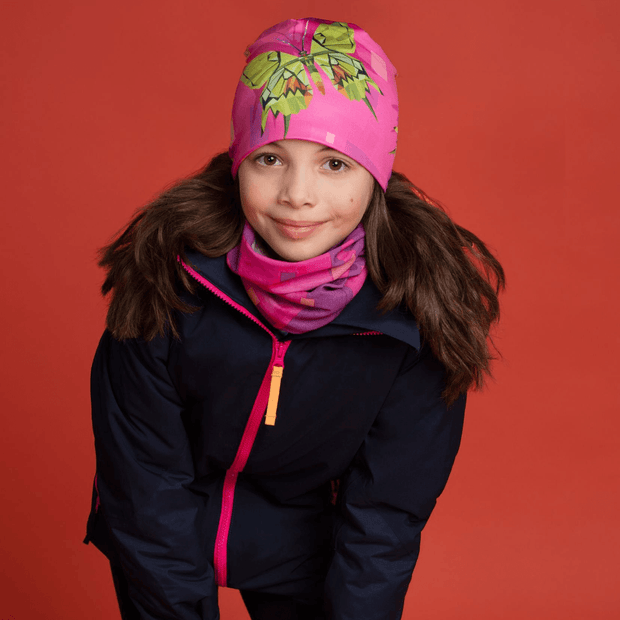 Girl wearing the mix and match kit of neck gaiter and beanie hat designed by professional artist Claude Thivierge. perfect for women and girl. Best sport hat with bamboo.